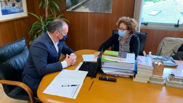 Reunión del alcalde, José Ramón Rioboo, y la jefa provincial de Tráfico en A Coruña, María Victoria Gómez Dobarro.