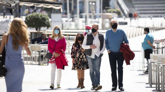 Varias personas pasean por el Paseo Marítimo de Sanxenxo (Pontevedra).