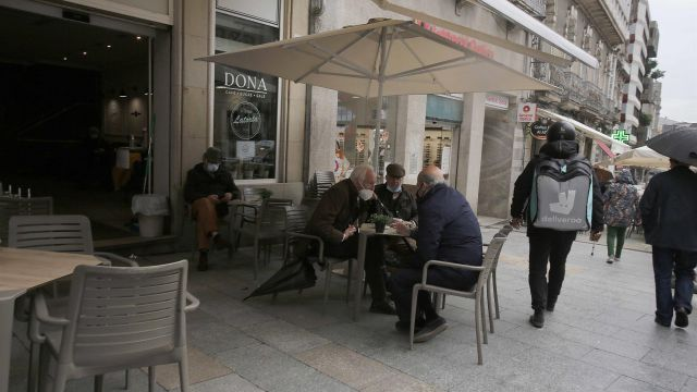 Varias personas en una terraza en Vigo.