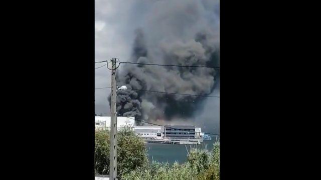 El incendio en la conservera Jealsa, en Boiro.