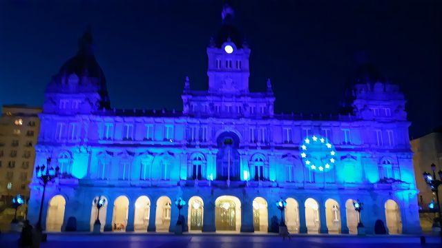 El Concello da Coruña, iluminado en azul para conmemorar el Día de Europa.