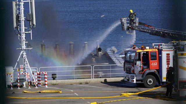 Los servicios de extinción de incendios sofocan las llamas en la conservera Jealsa.