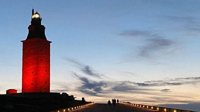 La Torre de Hércules de A Coruña, iluminada de rojo por el Día Mundial de la Cruz Roja.