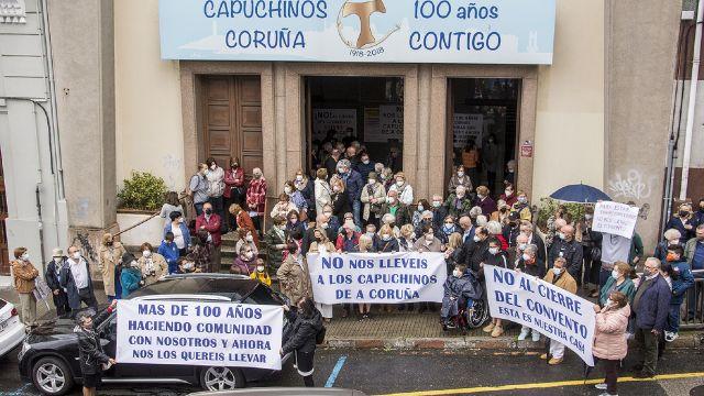 Protesta frente a la iglesia de los Capuchinos en A Coruña.