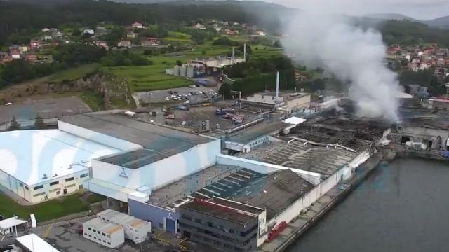 Un incendio arrasó parte de la fábrica de Jealsa en Boiro.