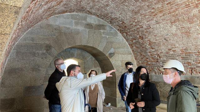 Políticos, técnicos y responsables de las obras durante una visita al Castillo de San Felipe en Ferrol.