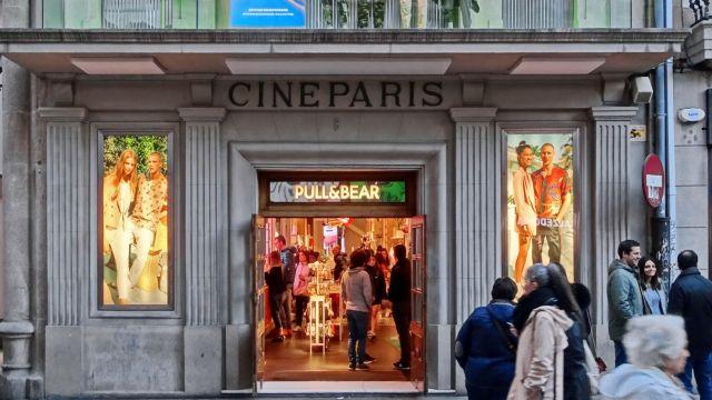 Fachada del Cine París en A Coruña en su etapa como Pull&Bear.