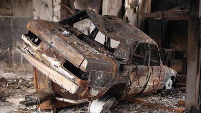 Un coche calcinado en una foto de archivo.