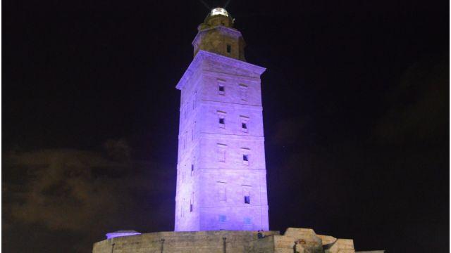 La Torre de Hércules morada por el Día Internacional de la Fibromialgia.