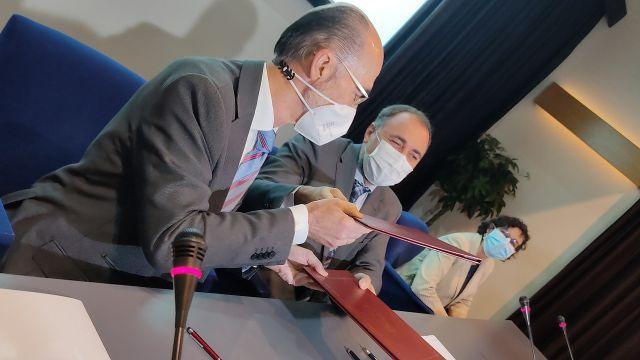 El Conselleiro de Sanidade, Julio García Comesaña, y el presidente de la Autoridad Portuaria de Vigo, Jesús Vázquez Almuíña, durante la firma del acuerdo
