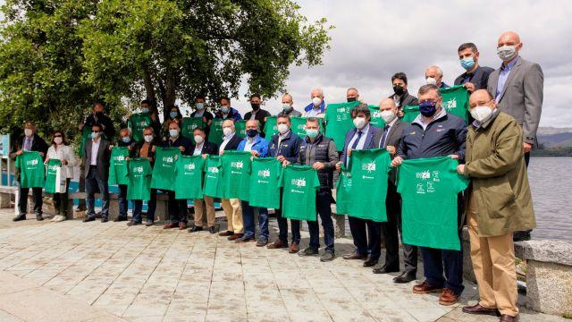 Representantes de instituciones, ayuntamientos y clubes con camisetas
