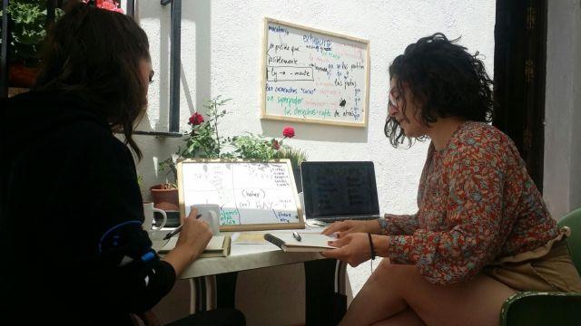 Alicia (a la derecha) con una alumna durante una clase de inglés