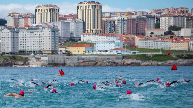 Nadadores en una anterior edición de la Travesía Costa.
