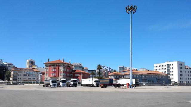 El espacio entre la Delegación del Gobierno y la Delegación del Ministerio de Defensa, la parcela donde debería encontrarse el edificio de la Sede de la Delegación de Hacienda en A Coruña (Foto: Nuria Prieto)