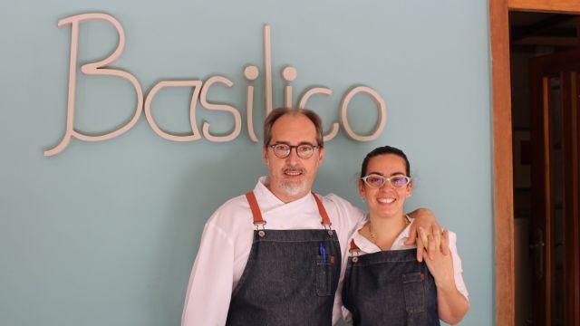 Alessando y Michelle, a las puertas del restaurante Basilico