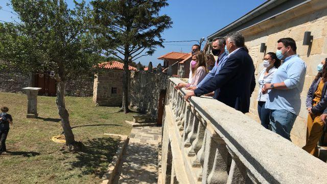 El delegado del Gobierno junto a otras autoridades en una visita al pazo.