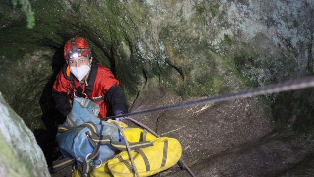 Desobstrucción de una cueva en el Pico Sacro.