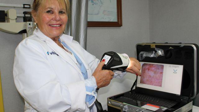 La Dra. Rodríguez Cerdeira con el nuevo dermatoscopio de Vithas Vigo