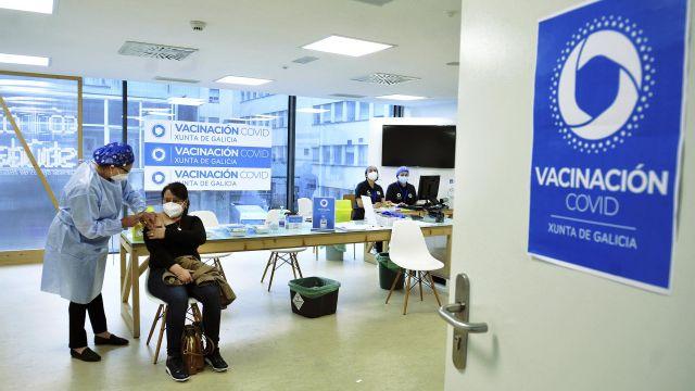 Una mujer recibe una dosis de la vacuna de AstraZeneca en el Complejo Hospitalario Universitario de Ourense.
