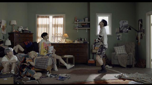 Lata de Bonilla en el videoclip de la banda de K-pop coreana.