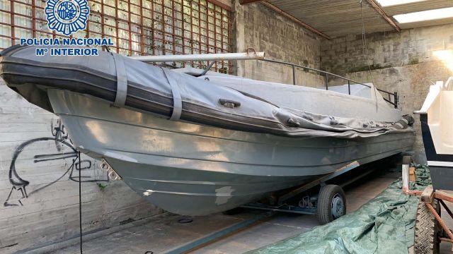 Lancha preparada para el narcotráfico interceptada en Ribeira (A Coruña).
