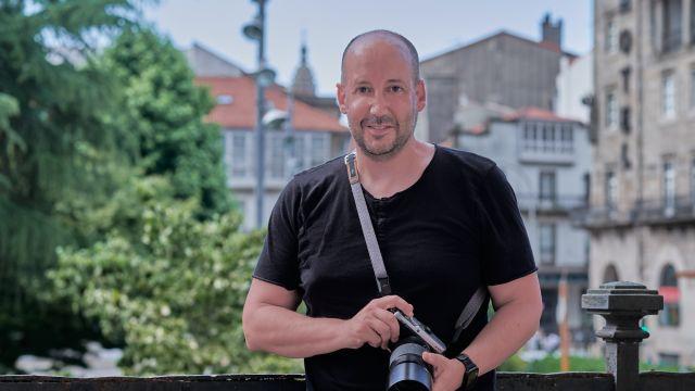 El fotógrafo compostelano Xaime Cortizo en su nuevo estudio.
