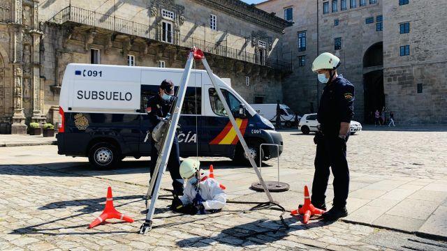 Agentes de la Unidad Especial de Subsuelo y Protección Ambiental operando en un alcantarillado en la ciudad de Santiago.