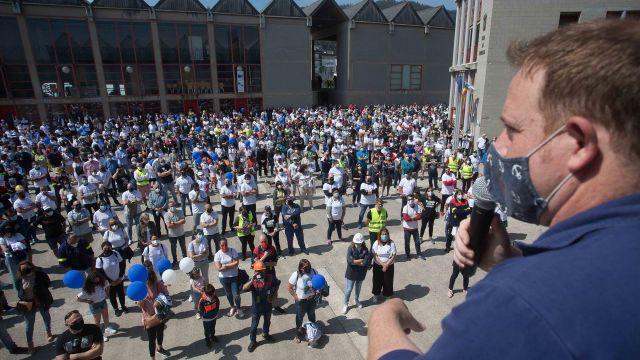 El presidente del Comité de Empresa de Alcoa, José Antonio Zan, se dirige a varios sindicalistas y trabajadores durante una concentración.