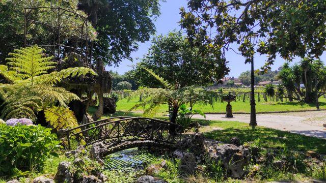 Vista de los jardines de la entrada principal.