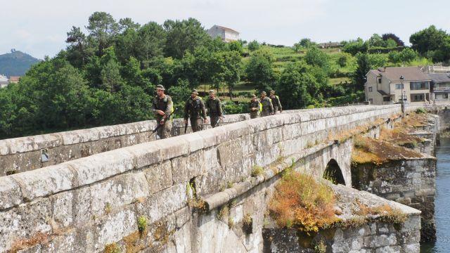 Una de las patrullas a su paso por el puente de Ponte Sampaio (Soutomaior)