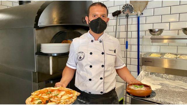 Luca, el dueño del Terra Mia, en el restaurante de A Coruña.