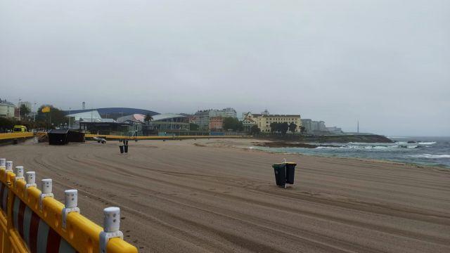 La playa de Riazor de A Coruña en un día nublado.
