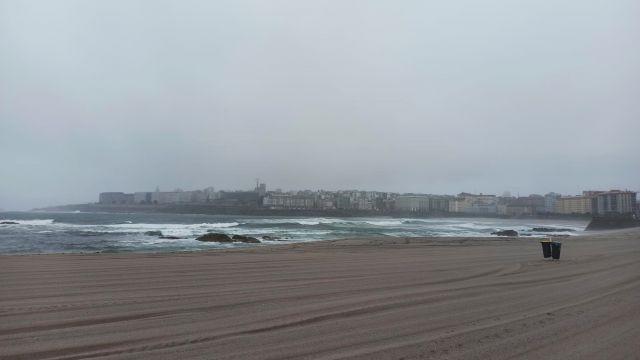 La playa de Riazor, en A Coruña, durante un día nublado.
