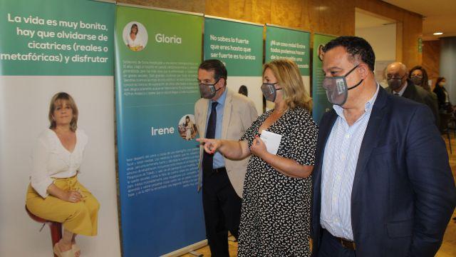 Abel Caballero inauguró la exposición junto a la presidenta de la AEM y el gerente del hospital
