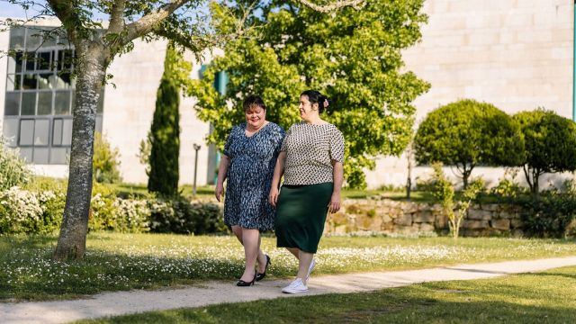Dos modelos con ropa de la marca gallega Eira Clothes.