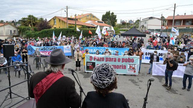 Decenas de personas  participan en una marcha cívica