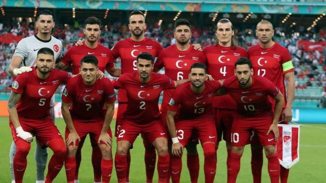 La selección turca de Okay (dorsal 5) se despide de la Eurocopa