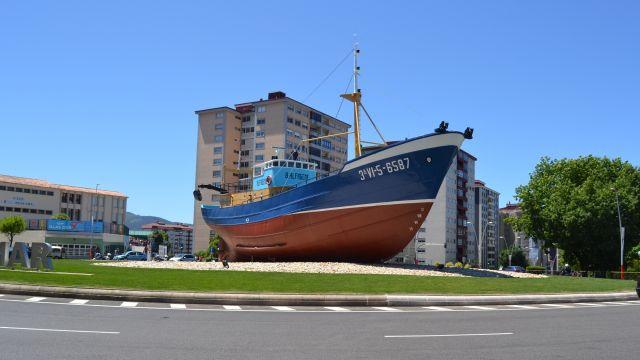 Barco 'Bernardo Alfageme' en la rotonda de Coia, en Vigo