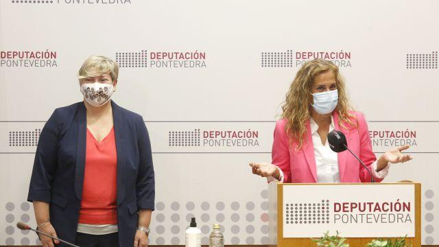 La presidenta, Carmela Silva (dcha.), junto a la diputada de Política Social Olga Ballesteros