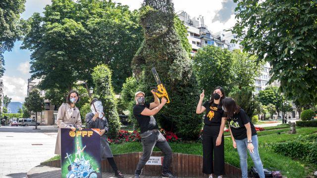 Presentación de la quinta edición del Galician Freaky Film Festival frente al Dinoseto de Vigo