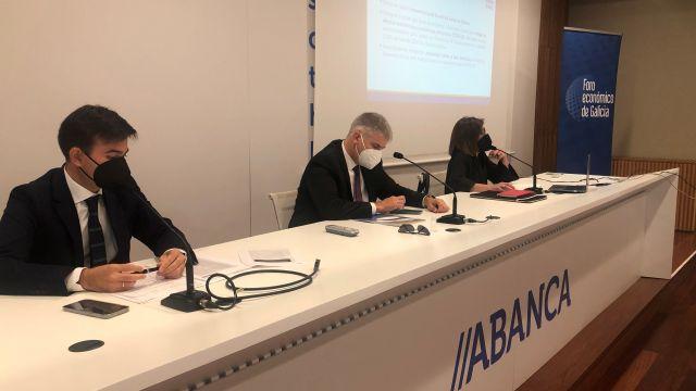 Juan Gallástegui, Santiago Lago y María Bastida durante la presentación.