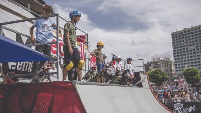 Niños participan en talleres de skateboarding