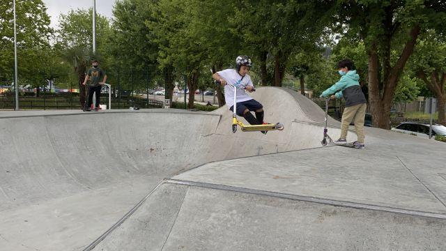 Niños en el SkatePark da Marisma, en Redondela