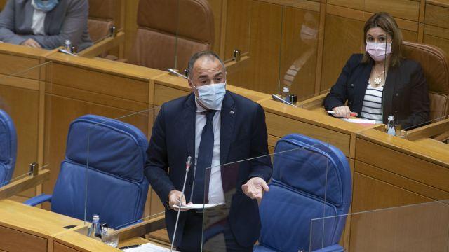 El conselleiro de Sanidade, Julio García Comesaña, durante una intervención en el Parlamento gallego.