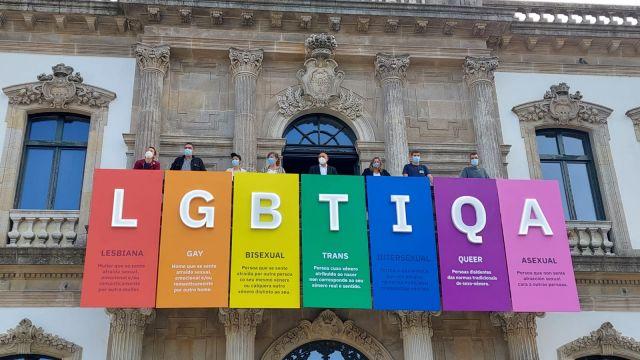 Las siglas del colectivo LGBTIQA en el balcón de la Casa Consistorial de Pontevedra