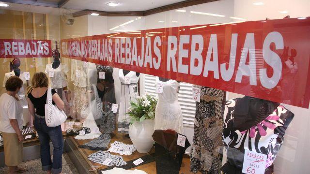 Exterior de los escaparates que anuncian las rebajas (Lugo).
