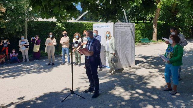Lectura del manifiesto a favor de las personas migrantes durante la presentación de la exposición 'Mira con otros ojos' en el Parque de la Alameda.