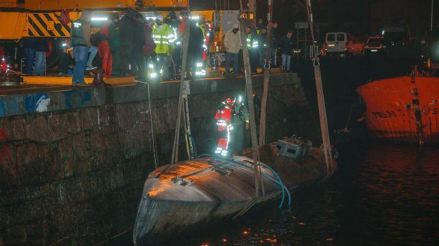Labores de reflotación del narcosubmarino en el puerto de Aldán (Pontevedra).