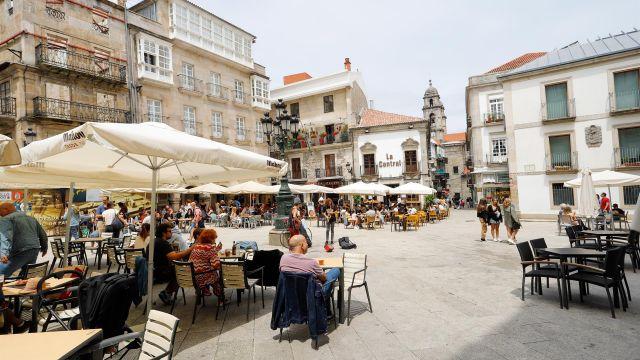 Varias personas en una terraza de Vigo, a 26 de junio de 2021