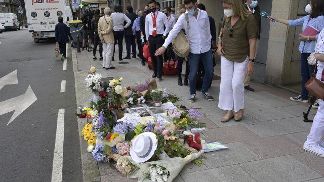 Varias personas observado el altar colocado en la acera donde fue golpeado Samuel.